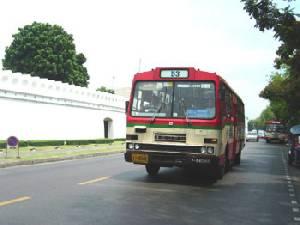 """""""คมนาคม"""" ขยายรถเมล์ฟรี 25 เส้นทางยาว 1 ปี บริการประชาชนสักการะพระบรมศพ"""
