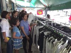 คึกคัก! เสื้อผ้าสีดำมือสองขายดี ชาวตรังแห่ซื้อใส่ถวายความอาลัยตามรอยในหลวง