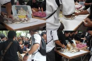 นี่ล่ะหัวใจคนไทย.. ภาพชวนซึ้งใจที่คนไทยมีให้กัน วันไว้อาลัยในหลวง