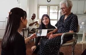 """พบคุณยายวัย 90 ปี ก้มกราบ """"รัชกาลที่ ๙"""" ขณะทรงผนวช เผยถือเป็นความภูมิใจหาที่สุดมิได้"""