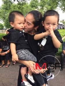 """""""พลอย"""" ภูมิใจลูกชายทั้งสองคนเกิดบนแผ่นดิน ร.๙ ลั่นแม้แต่พี่เลี้ยงชาวพม่ายังรักในหลวง"""