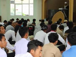 นศ.มรภ.ยะลา ร่วมละหมาดและฟังคุตบะห์พระราชกรณียกิจของในหลวงที่มีต่อชาวไทยมุสลิม