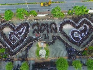 """พสกนิกรชาวสตูลเรือนหมื่น ร่วมแปรรูปขบวนอักษรแสดงความจงรักภักดี """"รัชกาลที่ ๙"""""""