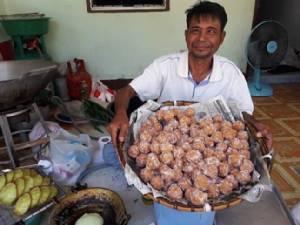 ขนมพระราชา! พ่อค้าขนมไทยพัทยาทำขนมดอกบัว-ไข่หงส์ แจกให้คนกินฟรีถวายเป็นพระราชกุศล