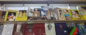 """พสกนิกรไทยแห่ซื้อ """"หนังสือพระราชนิพนธ์-สี่แผ่นดิน"""" สิ่งพิมพ์รวมใจน้อมถวายความอาลัยจัดฉบับพิเศษ"""