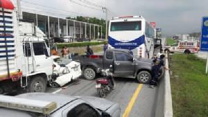รถทัวร์รับนักท่องเที่ยวญี่ปุ่นชนท้ายสิบล้อ คันหลังชนต่อ 6 คันรวด เจ็บเกือบ 20 คน