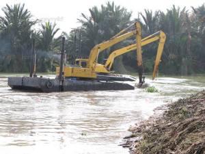 นราธิวาสกำจัดผักตบชวาเปิดร่องน้ำในแม่น้ำบางนรา รองรับมวลน้ำท่วมระลอกแรก