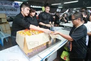 """""""กุ้ง-สุธิราช"""" นำทีมศิลปินดาราแจกอาหารแก่ประชาชนที่มาลงนามถวายความอาลัย (ชมคลิป)"""