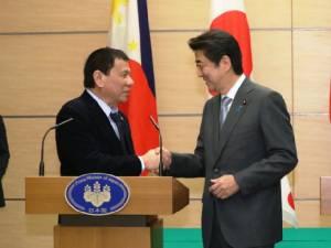 """ญี่ปุ่น """"อ่านใจ"""" ผู้นำฟิลิปปินส์ ยืนข้างจีนทิ้งสหรัฐฯ?"""