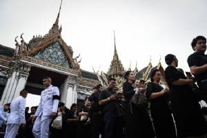 Thousands queue to visit coffin of late Thai king