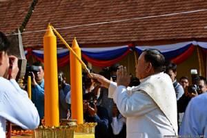 ชมคลิปเหตุการณ์.. ประธานประเทศลาวนำพิธียกยอดจอมทองคำพระธาตุหลวงเวียงจันทน์