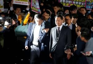 """เพื่อนหญิงคนสนิท ปธน.เกาหลีใต้รับ """"สมควรตาย-วอนยกโทษให้"""" หลังถูกแฉชักใยบริหารประเทศ"""