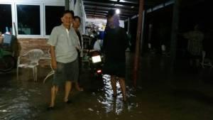 แม่น้ำเพชรทะลักท่วมบ้านเรือนประชาชนแล้ว คาดเที่ยงนี้น้ำจะสูงขึ้นและท่วมอีกหลายพื้นที่