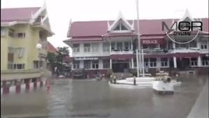 เมืองเพชรบุรีอ่วมน้ำท่วมหนัก ถนนในเขตเทศบาล บ้านประชาชนจม โรงเรียนประกาศหยุดเรียน 4 วัน (ชมคลิป)