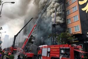 ดูคลิปนี้.. ไฟไหม้คาราโอเกะกรุงฮานอยตาย 13 น่ากลัวจริงๆ