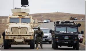 "InPics:""เดอะ ยูเอสอาร์มีคอร์ปส์ แห่งทหารช่างอเมริกา"" ออกคำสั่งให้ตำรวจรัฐนอร์ทดาโคตา จับกุมประท้วงโปรเจกต์ก่อสร้างท่อส่งน้ำมัน ใกล้พื้นที่ศักดิสิทธิ์อินเดียนแดง และทำลายสะพานไม้ทิ้ง หลังปะทะเดือดหลายรอบ"