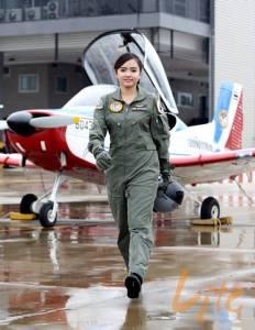 """ภาคภูมิใจ! """"หมวดพิซซ่า"""" นักบินหญิงรับใช้พระราชารุ่นแรกของไทย!!"""