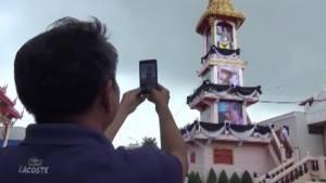 """""""วัดอุทยานนที"""" ชลบุรี นำพระบรมฉายาลักษณ์ ร.9 ประดิษฐานบนหอระฆังให้ ปชช.ถวายสักการะ"""