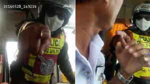 """ตำรวจอ้างคลิป """"กระชากเสื้อคนขับรถทัวร์"""" จับรถบัสวิ่งเลนขวา ยันมีสิทธิ์ตรวจบัตรไกด์"""