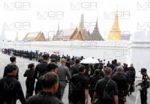 พสกนิกรทุกหมู่เหล่าร่วมถวายสักการะพระบรมศพในหลวง รัชกาลที่ ๙ เป็นวันที่ 13