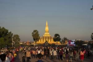 """ชาวเวียงจันทน์ร่วมงานนมัสการ """"พระธาตุหลวง"""" ล้นหลาม"""