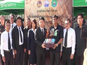 ชลบุรีเปิดจุดรับซื้อและขายข้าวสารเพื่อช่วยเหลือชาวนา