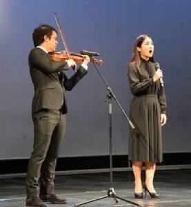 ศิลปินกว่า 100 คน ร้องเพลงแสดงความอาลัยในหลวง ร.๙