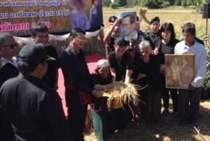 """คุณยายวัย 79 ปีใจบุญ บริจาคข้าว 15 ไร่ เลี้ยง ปชช.เดินทางไปสักการะ """"พระบรมศพ"""""""