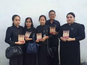 พสกนิกรไทย-ต่างชาติทั่วทุกสารทิศ สวมชุดดำไว้ทุกข์มาสักการะพระบรมศพอย่างเนืองแน่น