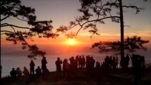 """ไม่ใช่วันหยุด! นักท่องเที่ยวแห่ขึ้น """"ภูกระดึง"""" หลายร้อยคน ยลอาทิตย์ทอแสง"""