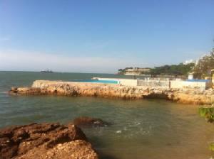 ชาวบ้านฉงน! สระว่ายน้ำโผล่ในทะเล