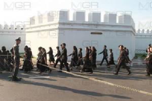 พสกนิกรทั่วสารทิศแต่งดำไว้ทุกข์หลั่งไหลกราบถวายบังคมพระบรมศพ วันที่ 26
