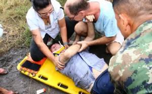 นาทีชีวิตพยาบาลสาวลุยโคลนช่วยเฒ่าสวิส ควบเก๋งพลิกคว่ำริมถนนสัตหีบ-พัทยา