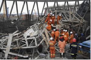 """InPics :จับแล้ว 13 ราย ล่าสุดยอดเหยื่อนั่งร้านไซต์ก่อสร้างรง.ไฟฟ้าจีนถล่มพุ่ง 74 ศพ ปักกิ่งระดมกู้ภัยร่วม 500 ใช้มือเปล่าค้นหาร่างผู้เสียชีวิต """"สี จิ้นผิง"""" สั่งให้เจียงซีจำไว้เป็นบทเรียน"""