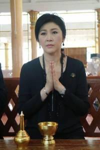 """""""ปู"""" ทำบุญวัดชลบุรีถวายเป็นพระราชกุศลฯ พร้อมแจกข้าวสารเลี้ยงเด็ก"""