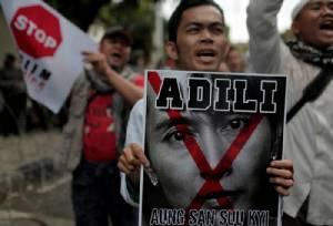 """""""ซูจี"""" เลื่อนทริปเยือนอินโดฯ หลังมีชุมนุมประท้วง-แผนวางระเบิดสถานทูต"""