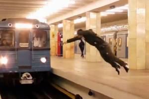 สุดห่าม! หนุ่มท้าความตาย ตีลังกาตัดหน้ารถไฟในมอสโก (ชมคลิป)