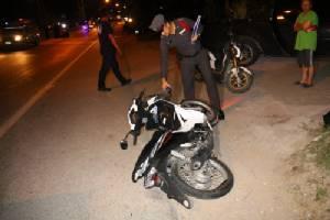 รปภ.หนุ่มซิ่งจักรยานยนต์แหกโค้งชนเกาะกลางถนนดับ