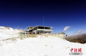 """ชมภาพ """"ร้านกาแฟที่เหงาที่สุดในโลก"""" ตั้งบนภูเขาน้ำแข็งสูงตระหง่าน ท่ามกลางหิมะหนาวยะเยือก"""