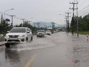 น้ำท่วมขังถนนสายหาดใหญ่-สงขลาหลายจุด ผลกระทบจากฝนตกหนักต่อเนื่อง 3 วัน