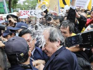 Chaos at protest over Taiwan holiday cuts