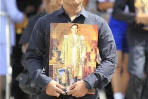 พสกนิกรทั่วสารทิศร่วมถวายสักการะพระบรมศพในหลวง รัชกาลที่ ๙ วันที่ 34