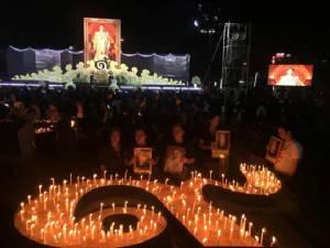 """ประชาชนชาวปทุมธานี ร่วมจุดเทียนรำลึก """"รัชกาลที่ ๙"""""""