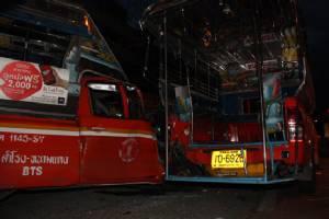 รถสองแถว สำโรง-หนามแดง เมาซิ่งชนกระจายเจ็บเพียบ