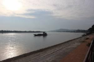น้ำโขงลดฮวบ! หาดทรายโผล่สลอน กระทบเรือสินค้าแล้ว
