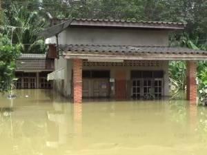 หลายพื้นที่ลุ่มต่ำของ จ.ตรัง ยังเดือดร้อนน้ำท่วม บ้านหลายหลังยังจมมิด