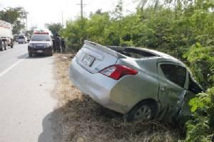 หนุ่มแปดริ้วหึงโหดขับกระบะไล่ชนรถเก๋งเพื่อนชายแฟนสาว ตกถนนพังยับทั้งคู่