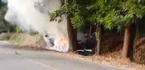 เก๋งซิ่งฝ่าด่านตรวจเสียหลักหลุดโค้งชนต้นไม้ ไฟลุกท่วม ค้นในรถเจอทั้งปืน กระสุน