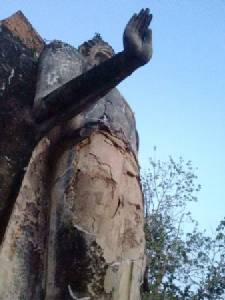 อึ้งกันหมด! พบพระพุทธรูปเก่าแก่สุโขทัยชำรุดหนัก-ปูนร่วงกองเต็มพื้น