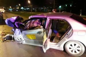 รถแท็กซี่พุ่งชนท้ายรถพ่วง 18 ล้อจอดข้างทาง ทำ นทท.จีน-คนขับเจ็บ